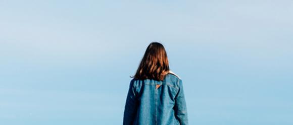 Imatge noia d'esquena i cel de fons