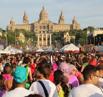 El Pride Barcelona con el Palacio Nacional de fondo