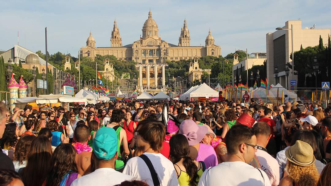 Le Pride Barcelona avec le Palau Nacional au fond