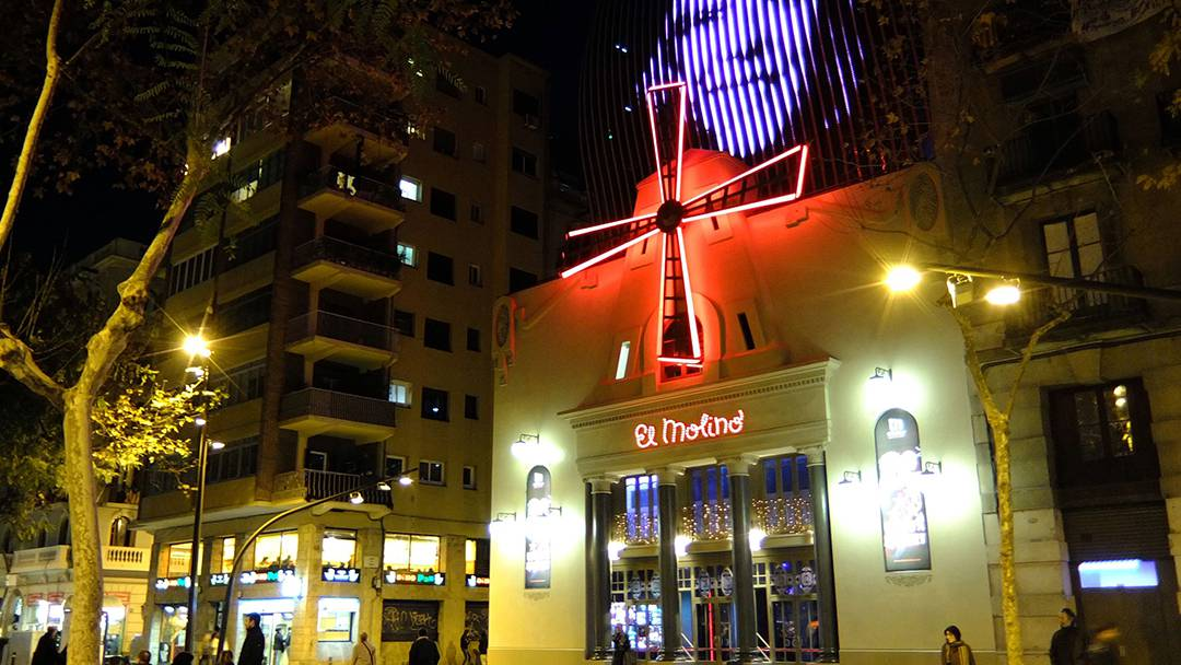 La fachada de El Molino iluminada