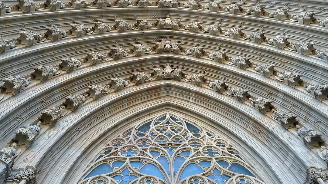 Le portique de la Cathédrale de Barcelone