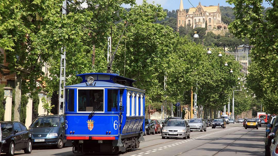 El Tranvía Blau circulando por la avenida del Tibidabo