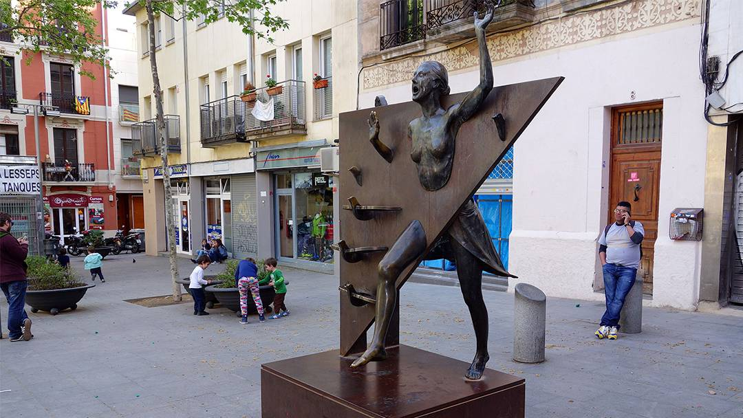 Statue of La Colometa in Plaça del Diamant