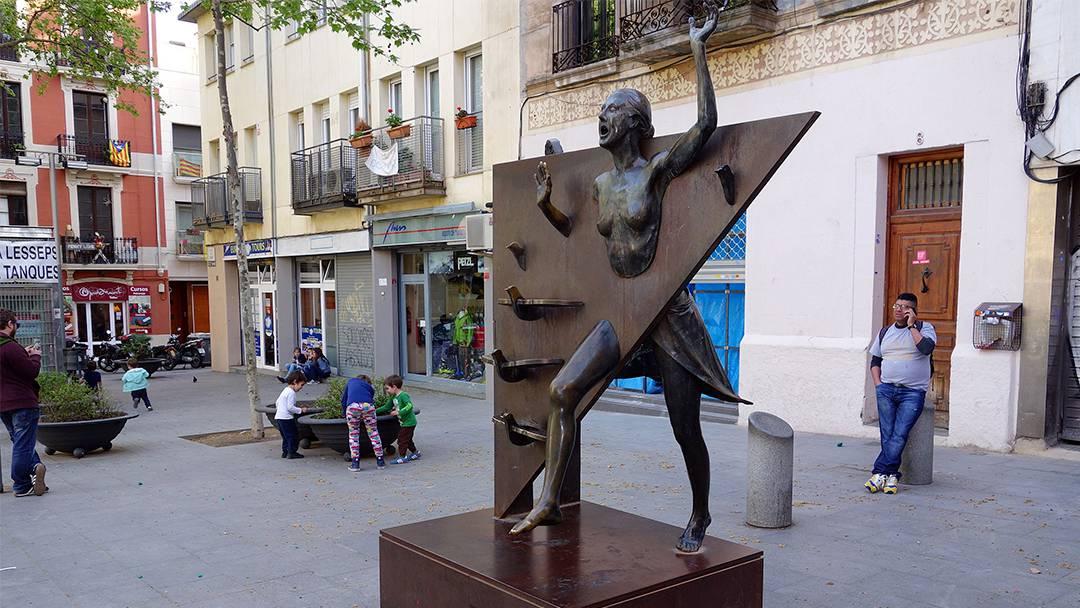 Statue de La Colometa sur la place du Diamant