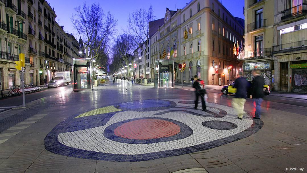 La Rambla con un mosaico de Joan Miró