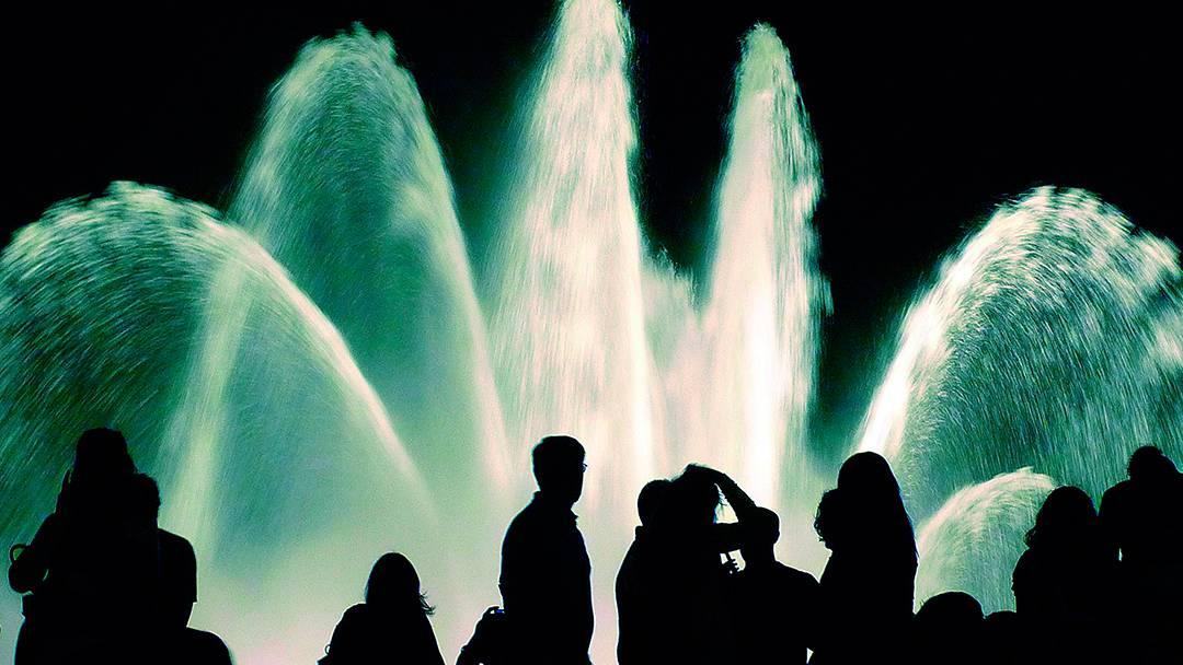 Spectateurs devant la Fontaine magique