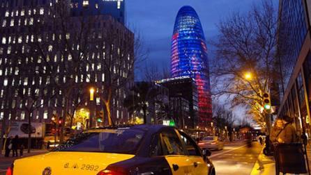 La Torre Agbar al costat de la plaça de les Glòries.