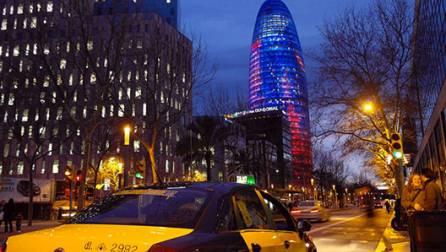 La Torre Agbar junto a la plaza de las Glòries