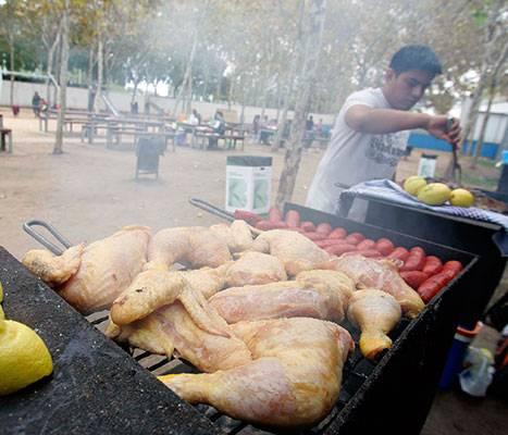 La zone de pique-nique avec barbecue du parc de la Trinitat