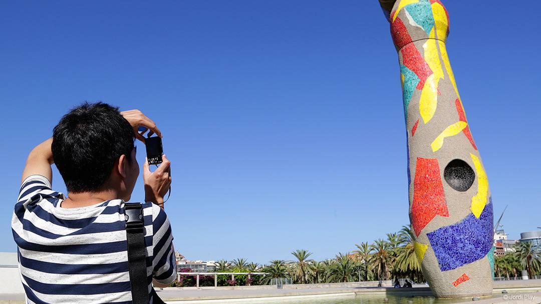La escultura Dona i ocell en el parque de Joan Miró
