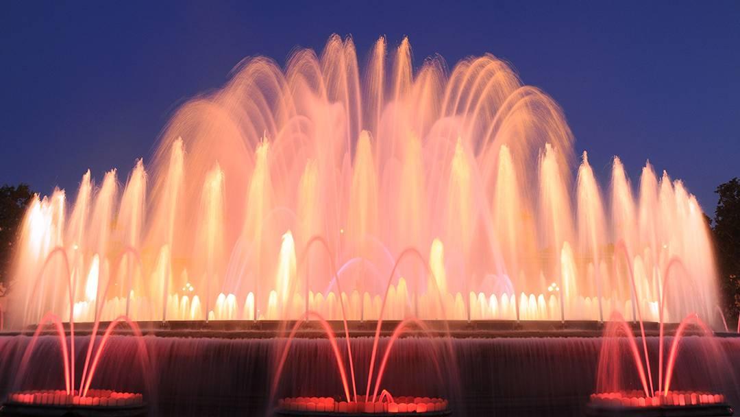 La Fuente Mágica de Montjuïc iluminada