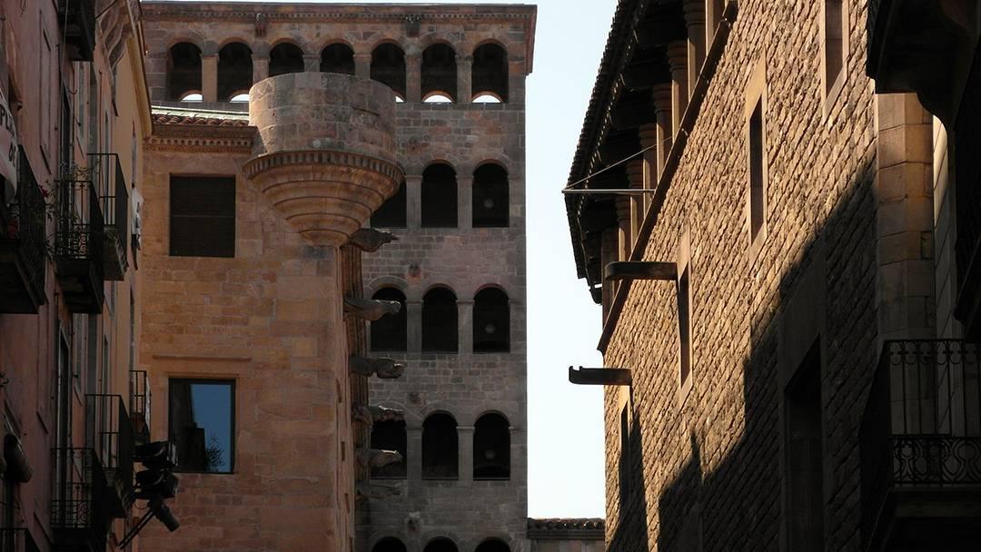 Vista de las fachadas de la plaza del Rei