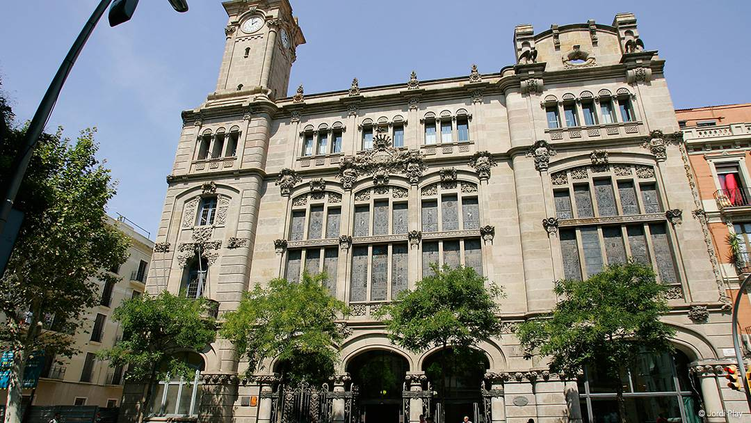 Fachada del edificio de la sede del Distrito en Sants-Hostafrancs