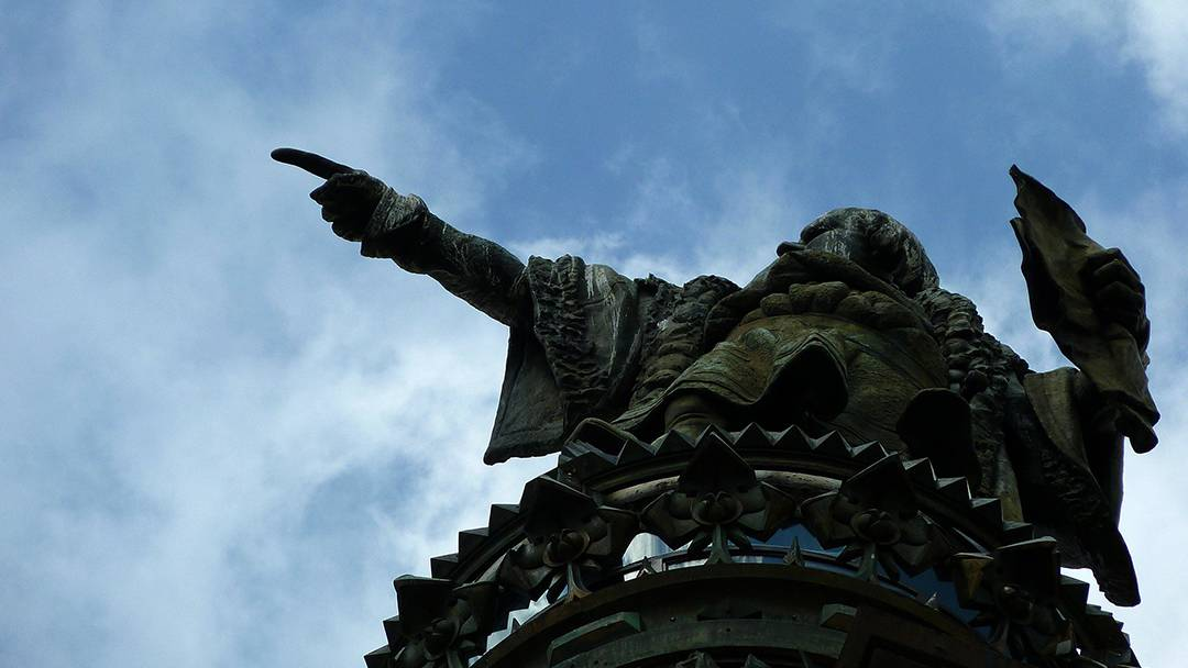 Vista inferior del monumento a Cristóbal Colón