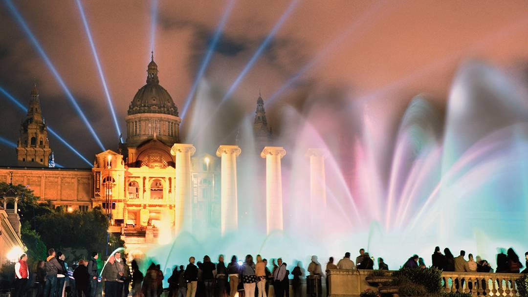 Vista nocturna de la Fuente Mágica y el Palacio Nacional
