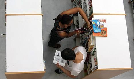 Universitarios estudiando en la biblioteca