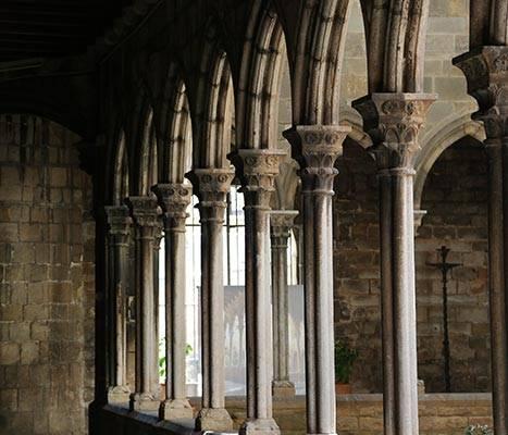 Arcades del claustre de l'església de Santa Anna